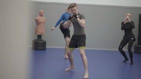 Человек и женщина имея тренировку в спортзале Нагревать перед sparring Мужчина и женские ноги включая пальцы ноги видеоматериал