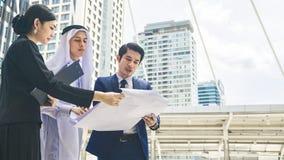 Человек и женщина людей глобального бизнеса команды умные говорят Стоковая Фотография RF