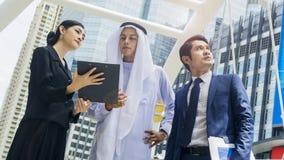 Человек и женщина людей глобального бизнеса команды умные говорят Стоковое Изображение RF
