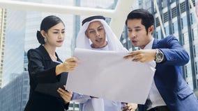 Человек и женщина людей глобального бизнеса команды умные говорят Стоковые Фотографии RF