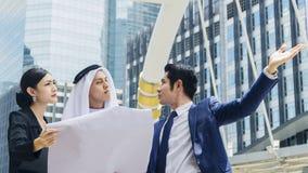 Человек и женщина людей глобального бизнеса команды умные говорят Стоковое фото RF