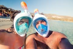 Человек и женщина, молодая пара в каникулах, принимающ selfie с подводной камерой, snorkeling и усмехаться стоковое фото rf