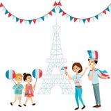Человек и женщина на национальном празднике Франции, людях с флагами в руке идя вниз с улицы против предпосылки eiffel Стоковые Фотографии RF