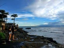 Человек и женщина на пляже отголоска, Бали, Индонезии стоковые фото
