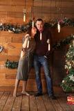 Человек и женщина обнимают в интерьере рождества Стоковые Фото