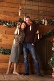Человек и женщина обнимают в интерьере рождества Стоковое Фото