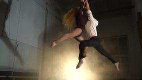 Человек и женщина поворачивают в дым на баре для воздушной акробатики, замедленном движении бита акции видеоматериалы