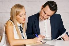 Человек и женщина работают в офисе Стоковая Фотография