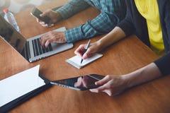 Человек и женщина работая вместе с компьтер-книжкой Стоковые Фото