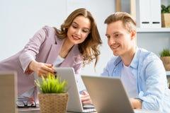 Человек и женщина работая в офисе стоковая фотография rf