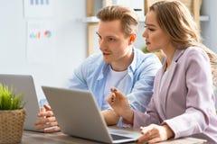 Человек и женщина работая в офисе стоковое фото rf