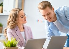 Человек и женщина работая в офисе стоковые изображения