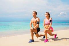 Человек и женщина работая на пляже Стоковые Изображения RF