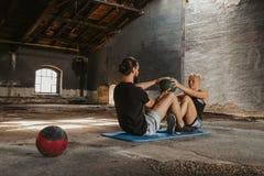 Человек и женщина разрабатывая с шариком медицины стоковые фотографии rf