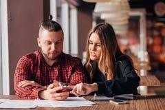 Человек и женщина сидя в кафе совместно, тормоз бизнес-ланча Стоковое фото RF