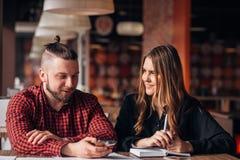 Человек и женщина сидя в кафе совместно, тормоз бизнес-ланча Стоковые Фото