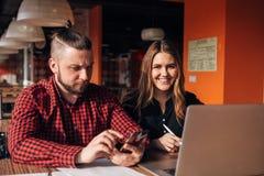 Человек и женщина сидя в кафе совместно, тормоз бизнес-ланча Стоковые Изображения RF