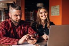 Человек и женщина сидя в кафе совместно, тормоз бизнес-ланча Стоковое Фото