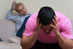 Человек и женщина сидя отдельно после ссоры Стоковые Фото