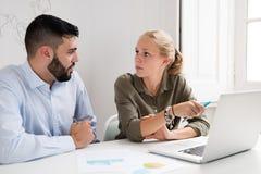 Человек и женщина смотря один другого на столе Стоковое Изображение