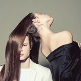 Человек и женщина Совершенные волосы Прическа и skincare Красотка и способ Пары моды в любов Отношение приятельства стоковое изображение rf