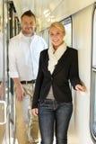Человек и женщина счастливые в перемещении поезда стоковая фотография rf
