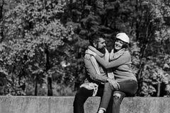 Человек и женщина с жизнерадостными сторонами на предпосылке деревьев осени стоковая фотография rf