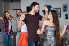 Человек и женщина танцуют на домашней партии Они смотрят радостными и счастливыми Стоковые Изображения