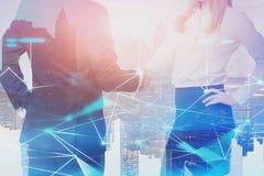 Человек и женщина тряся руки, цифровую сеть стоковая фотография rf