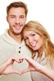Человек и женщина формируя сердце стоковые изображения