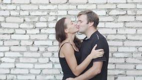 Человек и женщина целуя и обнимая на камере видеоматериал