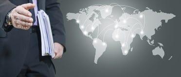 Человек и международная карта Стоковая Фотография RF