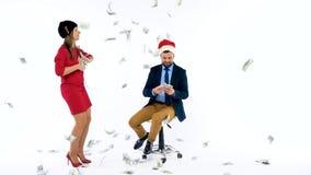 Человек и полученные женщиной денежные премии для рождества, радуются и бросают деньги Позвольте ` s пойти отпразднуйте концепцию акции видеоматериалы