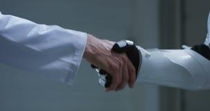 Человек и робот тряся руки видеоматериал