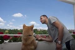 Человек и собака на балконе Стоковое Изображение