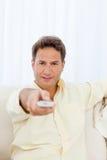 человек камеры указывая relaxed remote к Стоковая Фотография