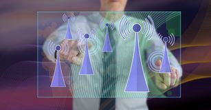 Человек касаясь концепции сигнала wifi стоковые изображения rf