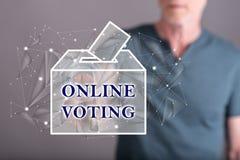 Человек касаясь онлайн голосуя концепции Стоковые Изображения RF