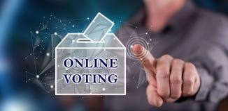 Человек касаясь онлайн голосуя концепции Стоковые Фотографии RF