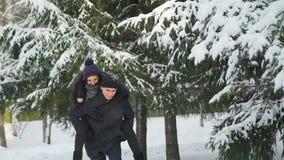 Человек катания женщины в парке зимы сток-видео