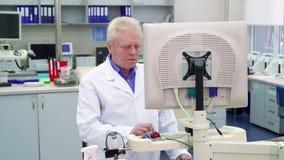 Человек кладет его руку на компьютер на лаборатории стоковая фотография