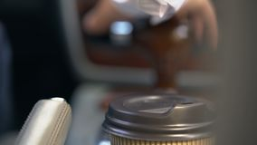 Человек кладет кофе в держатель чашки начиная автомобиль, фаст-фуд для занятого крупного плана водителей видеоматериал
