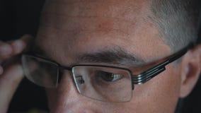 Человек кладет стекла на его глаза для того чтобы улучшить его зрение Обработка близорукости сток-видео