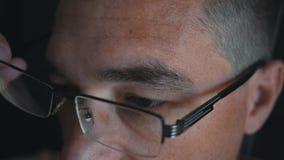 Человек кладет стекла на его глаза для того чтобы улучшить его зрение Обработка близорукости акции видеоматериалы