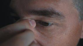 Человек кладет стекла на его глаза для того чтобы улучшить его зрение Обработка близорукости видеоматериал