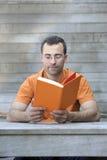 человек книги outdoors читая детенышей Стоковые Фотографии RF