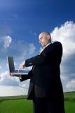 человек компьтер-книжки поля Стоковая Фотография RF