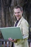 человек компьтер-книжки удерживания компьютера стоковые фото