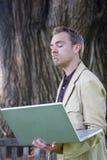 человек компьтер-книжки удерживания компьютера стоковое изображение