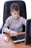 человек компьютера используя детенышей Стоковая Фотография
